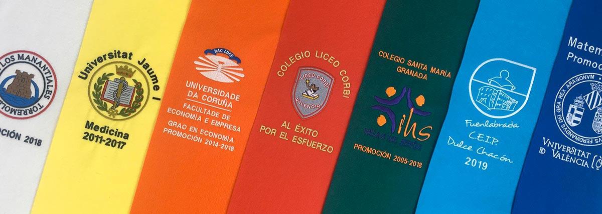 Becas (bandas) de graduación bordadas para diferentes titulaciones y universidades en diferentes colores