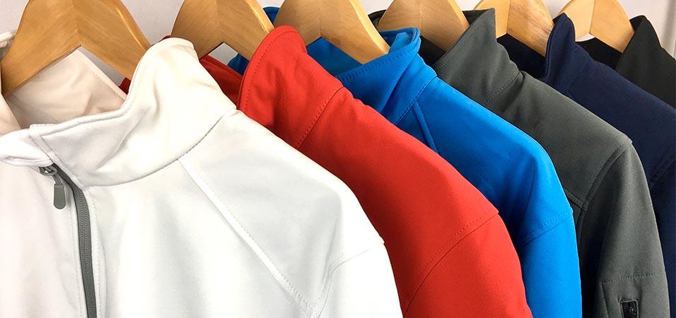 Chaquetas y chalecos softshell bordados en diferentes colores con cremallera y capucha